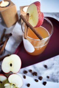 Heißgetränk mit Apfel und Zimt